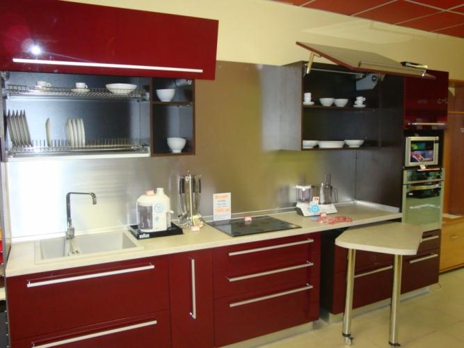 кухня с бардовыми фасадами