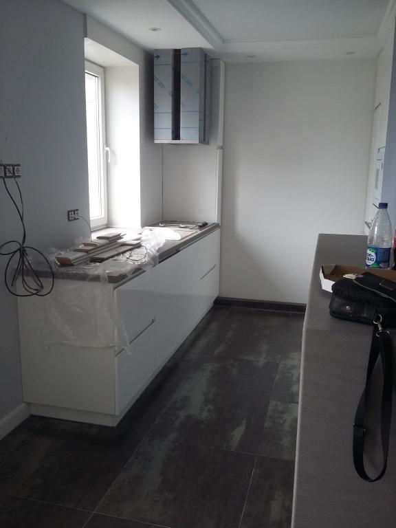 Минимализм и функциональность кухонного гарнитура , гармонирующие с простотой